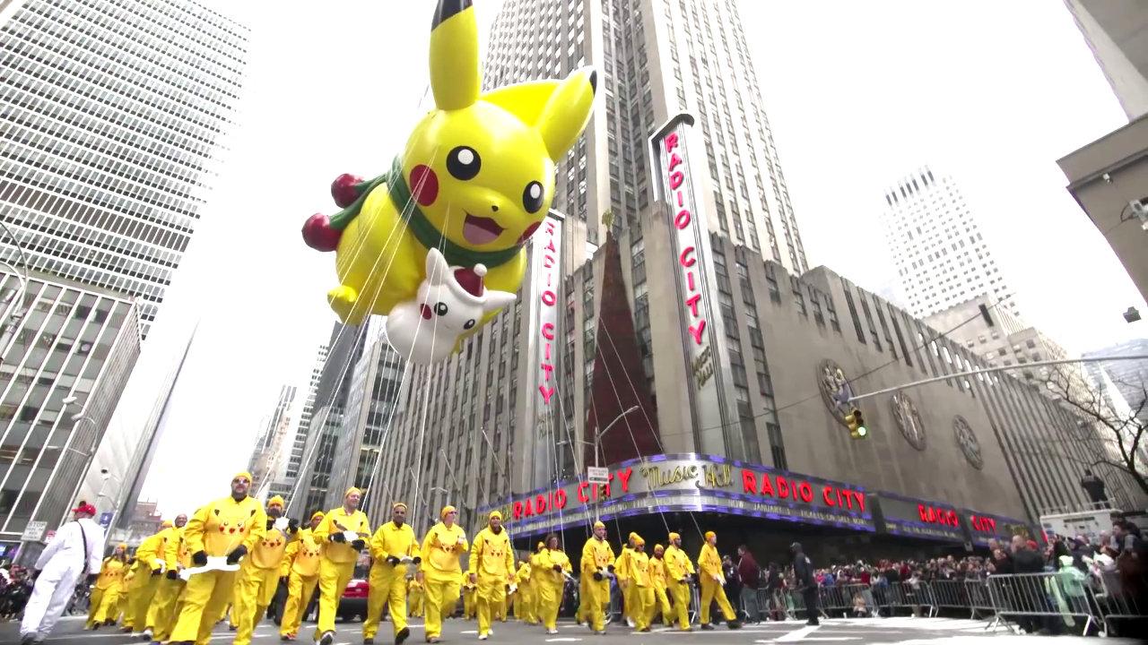 ピカチュウの巨大バルーンがNYのサンクスギビングのパレードに登場、ポケモン20周年を祝福